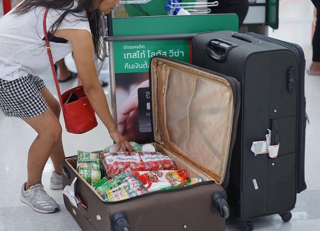 Chỉ cần đựng được thì dù vali hay sọt rác, mũ bảo hiểm... cũng được mang đi để đựng đồ.