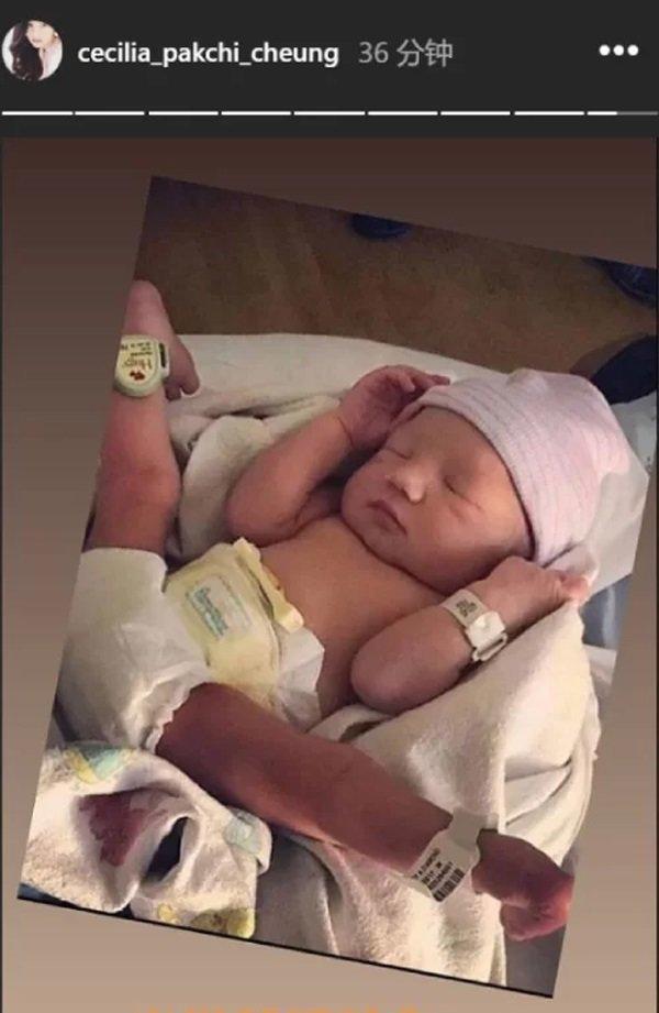 Trương Bá Chi khoe hình ảnh của đứa con út.