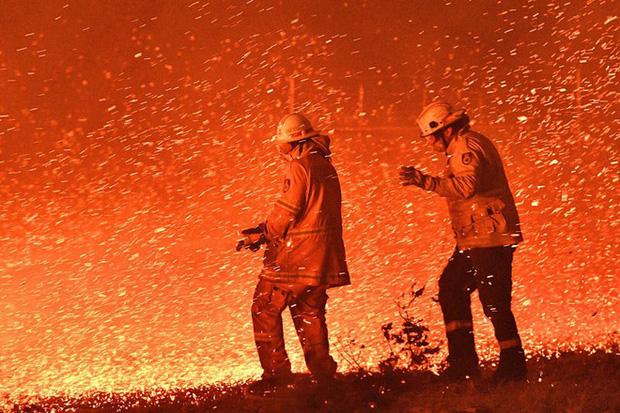 Xúc động với hình ảnh con trai nhận huân chương thay cha hy sinh trong thảm họa cháy rừng ở Úc