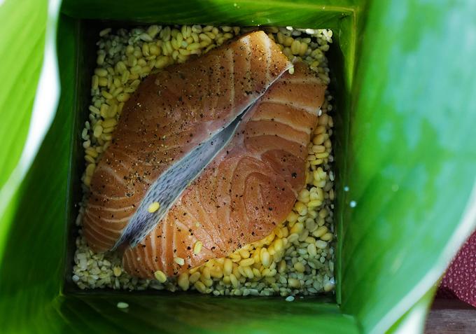 Tết này ăn bánh chưng nhân... cá hồi?