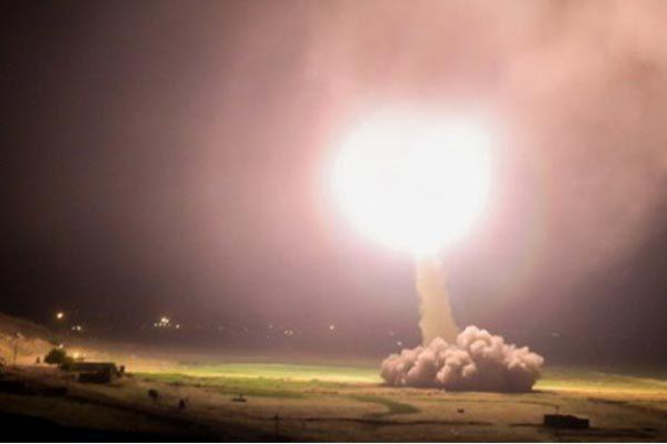 Một bức ảnh lan truyền trên mạng được cho là chụp cảnh Iran nã tên lửa vào căn cứ không quân của Mỹ tại Iraq sáng sớm 8/1. Ảnh: Fars