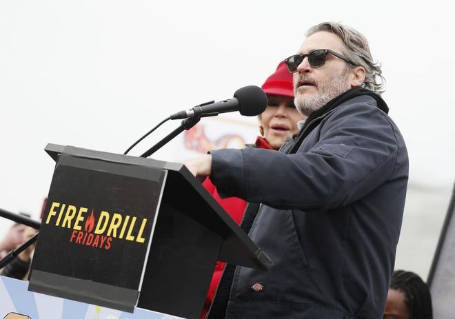 Joaquin Phoenix là ngôi sao mới nhất bị bắt giữ khi tham gia biểu tình tạiWashington.