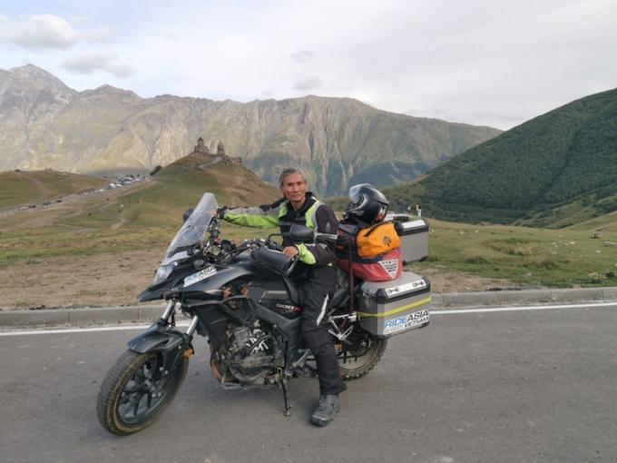 Ông Hùng và chiếc xe rong ruổi hàng chục nghìn cây số.