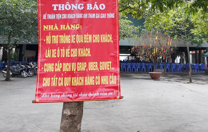 Thông báo hỗ trợ kháchtrưa 9/1 tại một quán bia trên đường Lê Trọng Tấn (Thanh Xuân, Hà Nội).Ảnh:Phạm Nga.