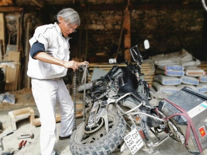 Ông còn tự mình sửa xe khiến nhiều thợ nước ngoài nể phục.