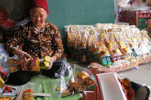 Chân dung bà Nguyễn Thị Thọ, một người làm nghề vàng mã ở Song Hồ đã có thâm niên 15 năm.