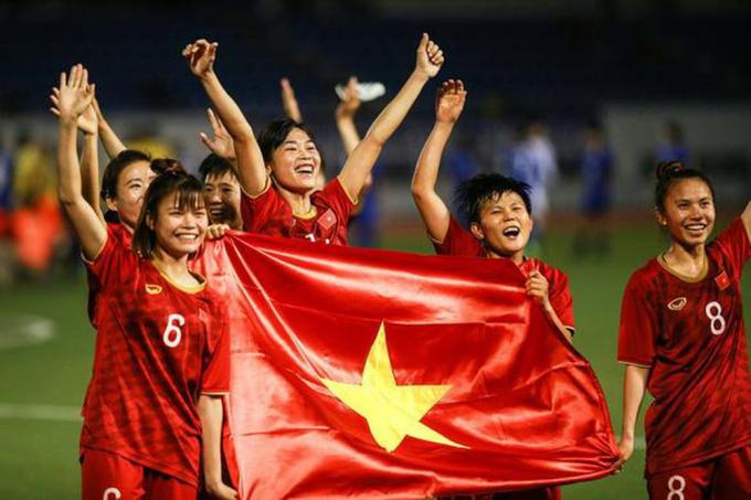 Đội tuyển nữ Việt Nam được các doanh nghiệp tặng thưởng sau chiến thắng ở SEA Games 30.