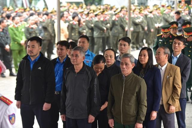 Cán bộ lãnh đạo và đại diện nhân dân xã Đồng Tâm tới viếng 3 liệt sĩ.