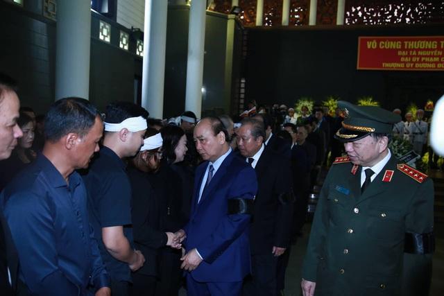 Thủ tướng Nguyễn Xuân Phúc đếnviếng và chia buồn cùng gia đình các liệt sĩ.