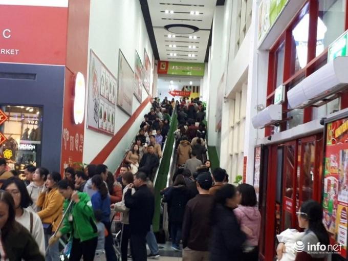 Khu vực cầu thang cuốn đông nghịt người.