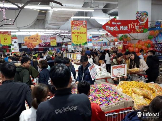 Đông nhất chính là khu bánh kẹo vì ai cũng tranh thủ mua về để đãi khách ngày tết.