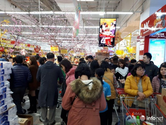 Các gian hàng đều đông người khiến việc mua bán trở nên khó khăn.