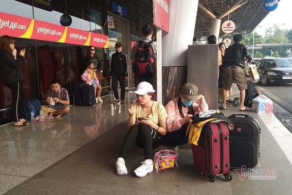 Tắc nghẽn ở sân bay dịp cận Tết khiến khách vật vờ chờ từng chuyến bay