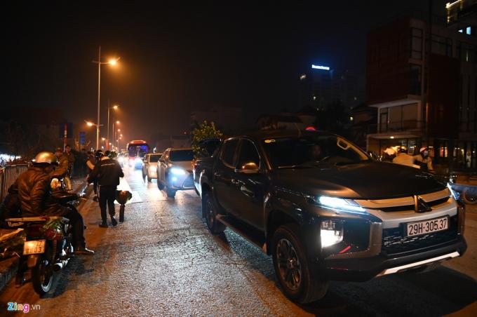 Ôtô nối đuôi nhau di chuyển từ Tứ Liên đến cổng chợ hoa Quảng Bá và ngược lại. Tuyến đường dài 2 km thường xuyên lâm vào cảnh ùn tắc.              Nhiều người dân cho biết, khi di chuyển từ nhà lên chợ dù là hàng chục km vẫn đơn giản hơn di chuyển vào chợ.