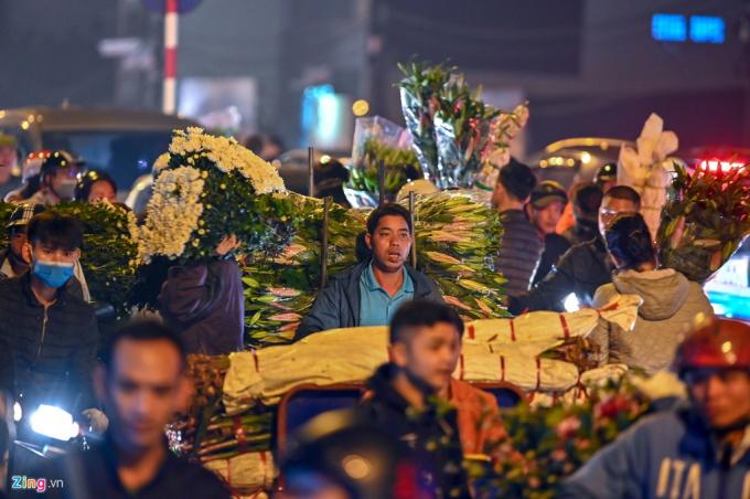 Chợ hoa Quảng Bá quá đông khách gây tắc đường hàng km từ sáng sớm ngày 28 Tết