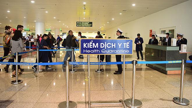Khách nhập cảnh Việt Nam qua chốt kiểm dịch y tế ở sân bay Nội Bài.