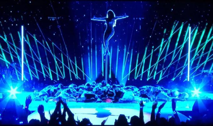 Sân khấu ấn tượng về mặt thị giác đến từ Jennifer Lopez.