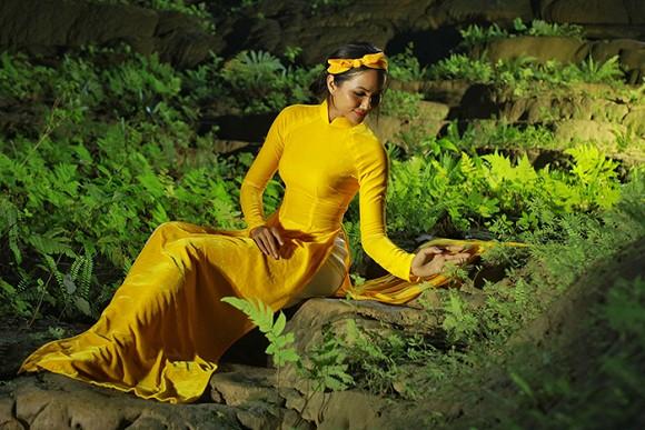 """Cô chia sẻ: """"Người phụ nữ Việt Nam đẹp nhất là khi mặc Áo dài. Và Hen muốn khoảnh khắc đẹp này sẽ xuất hiện cùng chiếc Áo dài dân tộc""""."""