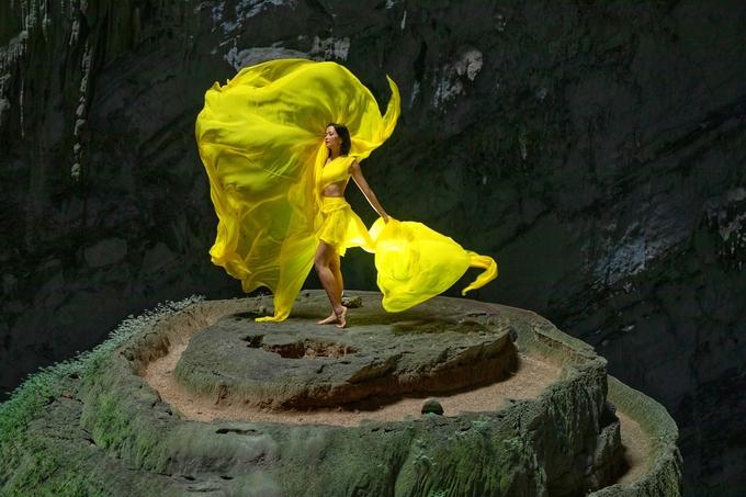 """Trong chiếc đầm vàng của NTK Lê Thanh Hòa, cô thực hiệntung váy, xoay người vô cùng ấn tượng.""""Lúc đó, tôi thấy mình như một nàng bướm vàng lạc ở chốn bồng lai tiên cảnh"""", cô kể."""