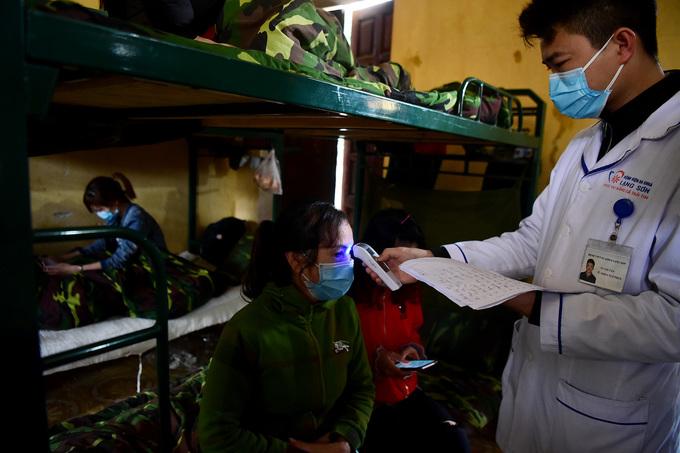Tất cả đều được kiểm tra, đo thân nhiệt hằng ngày. Nếu có dấu hiệu bất thường sẽ chuyển lên bệnh viện để theo dõi.
