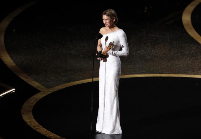 Đây là giải Oscar thứ hai trong sự nghiệp của nữ diễn viên 50 tuổi, sau tượng vàng cho Nữ phụ xuất sắc nhất năm 2004 với phim