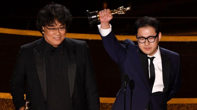 Bong Joon Ho và Jin Won Han nhận giải Oscar cho kịch bản gốc xuất sắc nhất.