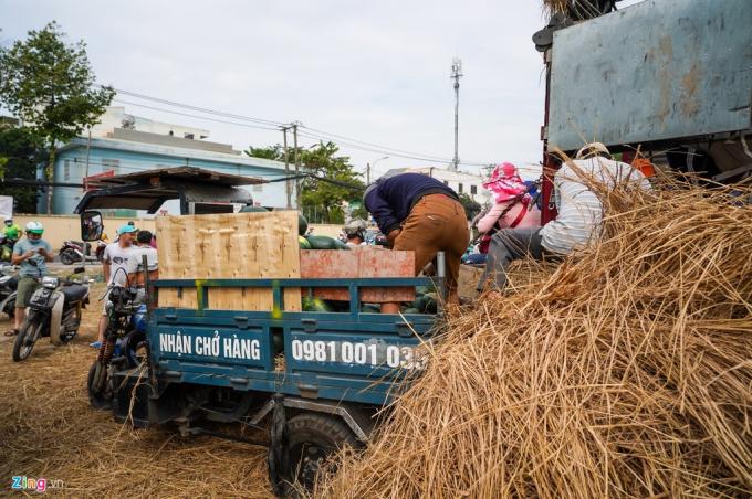 TPHCM: người dân xếp hàng dài mua dưa hấu, thanh long hỗ trợ nông dân