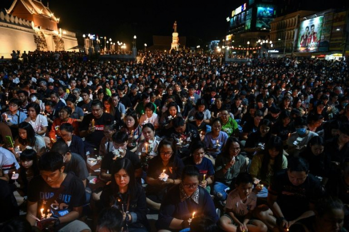 Hình ảnh hàng ngìn người tham gia lễ cầu nguyện cho các nạn nhân xấu số ở Thái Lan.