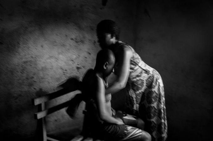 Bàng hoàng những người mẹ dùng chày nung nóng để ủi ngực con gái vì lo sợ quấy rối tình dục