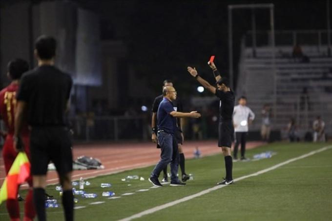 AFC đình chỉ 4 trận, phạt 5.000 USD và đình chỉ HLV Park Hang Seo