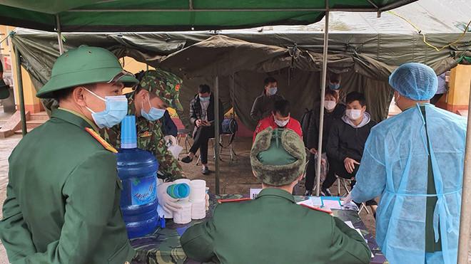 Trung đoàn 123 tiếp nhận công dân Việt Nam từ Trung Quốc trở về được cách ly 14 ngày để theo dõi.