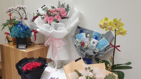 Không chỉ một kiểu dáng mà các bó hoa quà y tế còn được