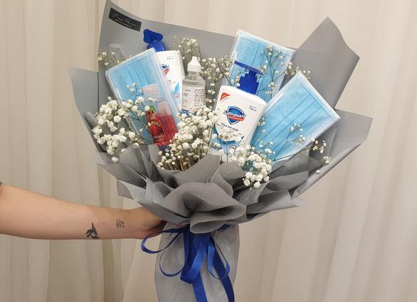 Bó hoa Valentine được cài thêm vô số đồ bảo vệ sức khỏe.