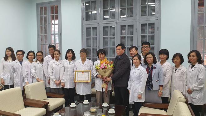 Thứ trưởng tặng giấy khen, khen thưởng cho tập thể cá nhân Viện vệ sinh Dịch tễ Trung ương.