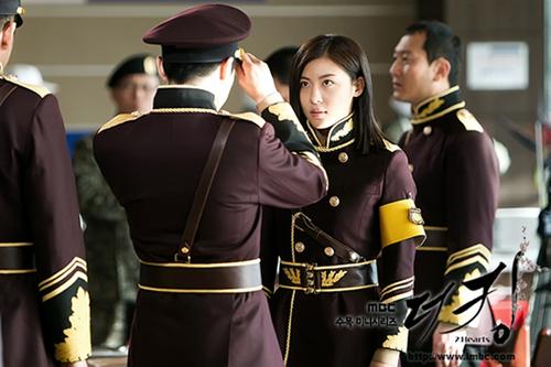 Nhân vậtKim Hang Ah được xây dựng không thua kém gì các nam quân nhân Bắc Hàn đời thực.