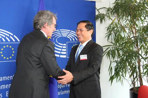 Chủ tịch EP David Sassoli (trái) và Thứ trưởng thường trực Bộ Ngoại giao Bùi Thanh Sơn.