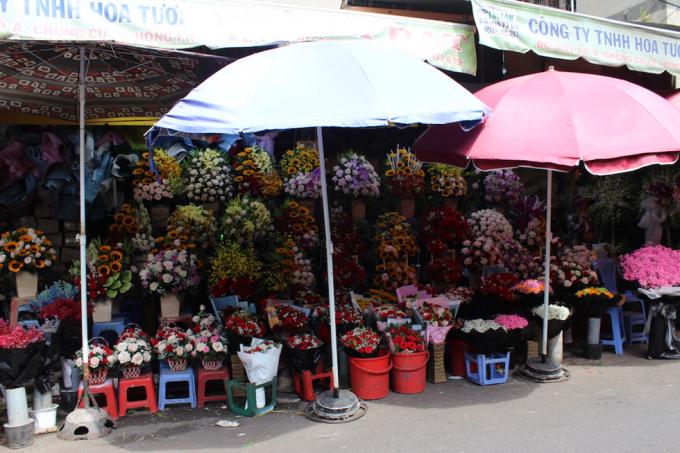 Chợ hoa năm nay vắng hơn mọi năm vì khách sợ dịch bệnh nên không dám mua hoa.