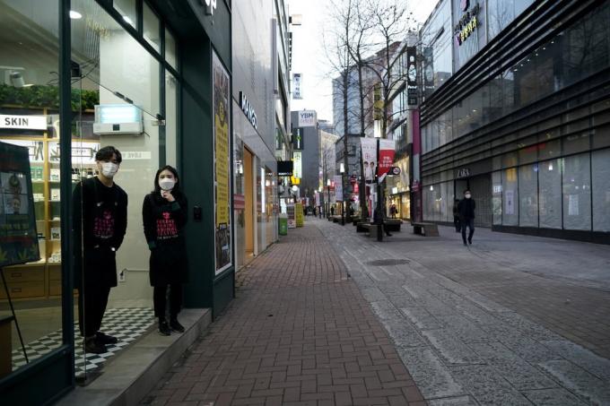 Người bán hàng đợi khách ở khu mua sắm Dongseong-ro ngày 21/2. Ảnh: Reuters.
