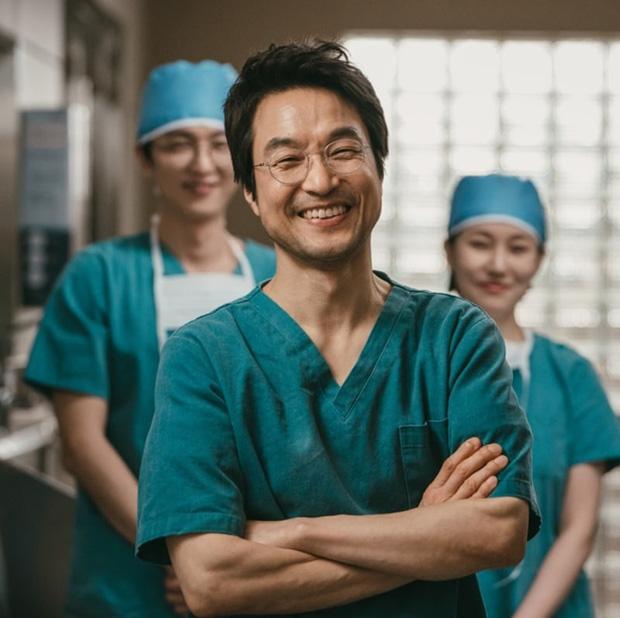 Nam diễn viên Han Suk Kyu trong vai bác sĩ Kim.