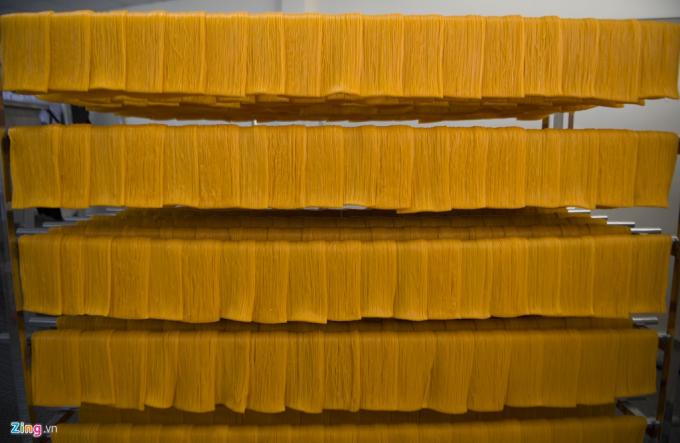 Bún dưa hấu được sấy khô. Đây là một trong những công đoạn cuối của quy trình sản xuất bún dưa hấu của anh Toàn. (Ảnh: Zing)
