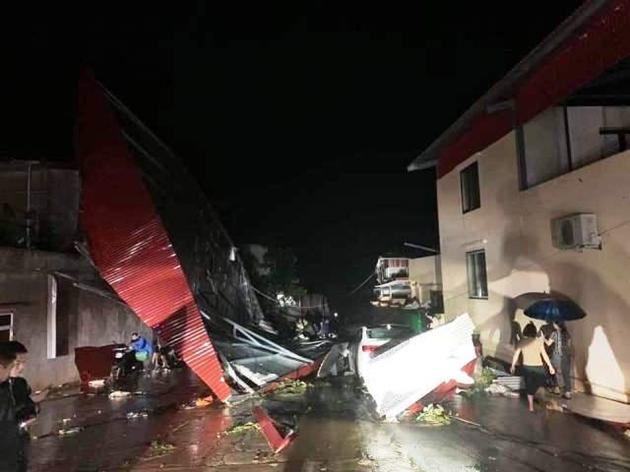 Yên Bái: Mưa đá kèm theo giông khiến nhiều nhà tốc mái, xe cộ đổ la liệt ngoài đường
