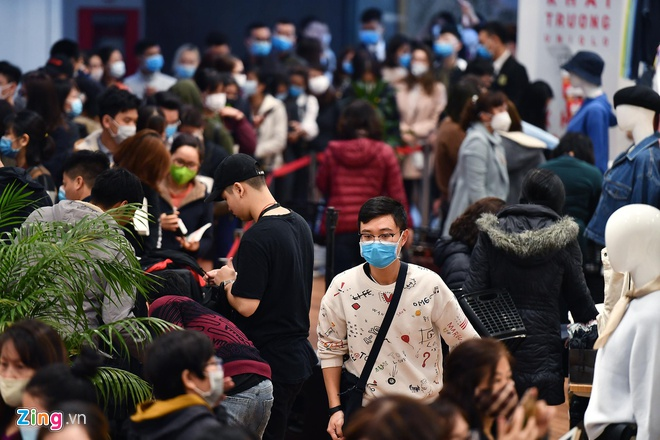 Lượng khách đổ về mua sắm tại Uniqlo ngày càng đông dần. Có khách hàng cho biết không chỉ mua sắm cho gia đình mà còn mua giúp người thân.