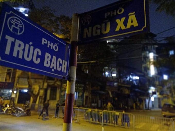 Sau khi hạ cánh xuống sân bay Nội Bài, Nguyễn Hồng Nhung được lái xe riêng đưa về nhà tại Trúc Bạch.