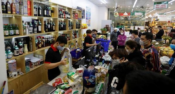 Người dân thi nhau đến siêu thị, cửa hàng mua lương thực, đồ dùng.