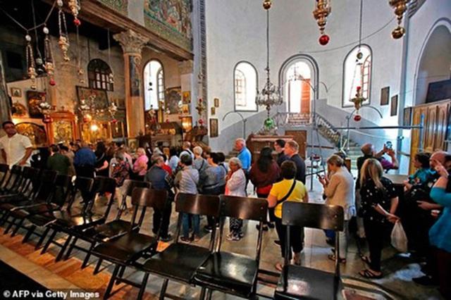 Du khách tới Nhà thờ Giáng sinh trước khi đóng cửa hôm 5/3.