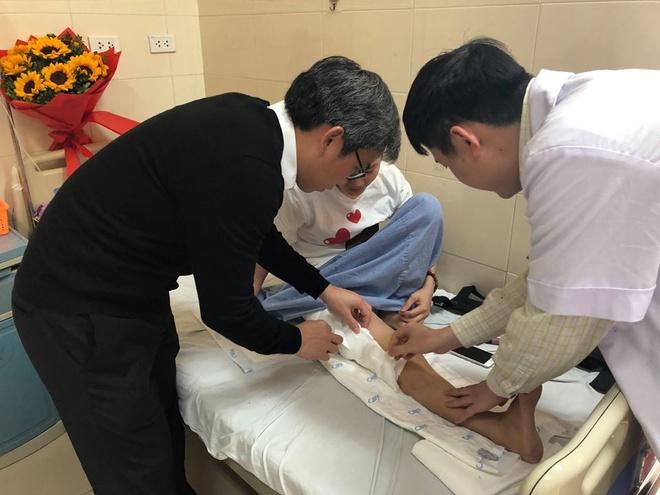 PGS.TS Trần Trung Dũng và BS Nguyễn Trần Quang Sáng trực tiếp xem vết mổ cho bệnh nhân H.
