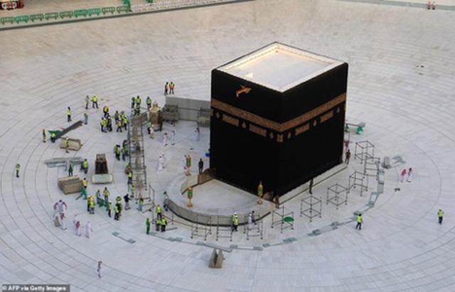 Chỉ có các nhân viên chức năng làm nhiệm vụ tại khu vực bao quanh Kaaba.