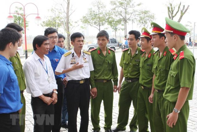 Anh hùng lực lượng vũ trang nhân dân, Đại úy Nguyễn Văn Lanh đang thuật lại trận đấu Gạc Ma ngày 14/3/1988 cho các chiến sỹ công an Đà Nẵng.