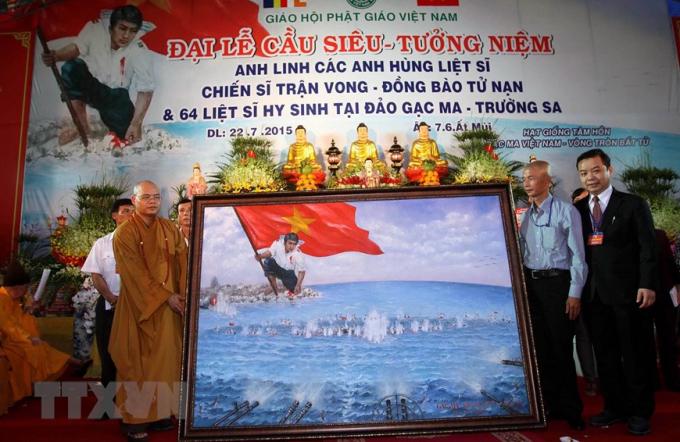 """Đây làBức tranh """"Gạc Ma – Vòng tròn bất tử"""". Hiện bức tranh đã được bán đấu giá để tặng cho cho Bảo tàng Quân sự Việt Nam. (Ảnh: Thanh Vũ/TTXVN)"""