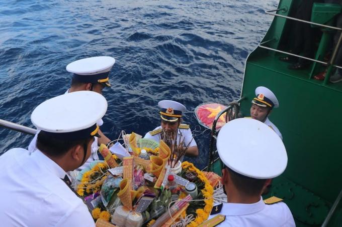 Các chiến sĩ thả vòng hoa xuống biển tưởng niệm các liệt sỹ.
